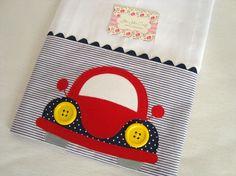 Fralda de Ombro - Fusca é confeccionada em fralda de ótima qualidade, dupla, barrado em tricoline (100% algodão) e com aplicação do tema. Ideal para proteger a pele delicada do seu bebê na hora da amamentação. Sewing Appliques, Applique Patterns, Applique Designs, Embroidery Applique, Sewing Patterns, Cute Quilts, Baby Quilts, Sewing Crafts, Sewing Projects