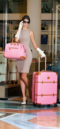 glamour lady in leather gloves Estilo Lady Like, Glamour Ladies, Trolley Case, Luxury Lifestyle Women, Rich Lifestyle, Boutique Fashion, Everything Pink, Looks Vintage, Leather Gloves