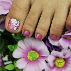 La imagen puede contener: flor y planta Pretty Toe Nails, Cute Toe Nails, Glam Nails, Pink Pedicure, Pedicure Nail Art, Toe Nail Art, Pedicure Designs, Toe Nail Designs, Nail Desighns