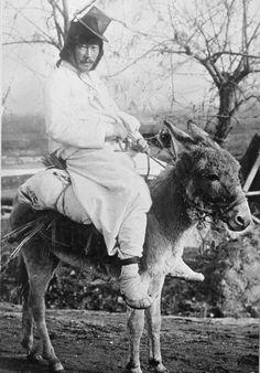 Pyongyang ca 1910-1930. A gentleman on his donkey. 작은 당나귀에, 작은 갓에 짚신. 옛날이라고해도 참 볼품없다.
