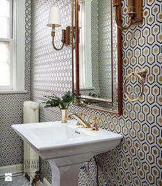 Geometryczne tapety w stylu nowojorskim i glamour - Średnia łazienka w bloku w domu jednorodzinnym z oknem, styl glamour - zdjęcie od PRIMAVERA-HOME.COM