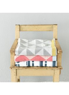 Kuschelige Baby-Decke in Grauß-Weiß von Ferm Living Little Remix in 80x100 cm. <3 Erhältlich bei www.kleinefabriek.com.