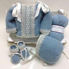 """@lanas_eva en Instagram: """"Jersey, capota y patucos en azul empolvado, con puntillas de bolillos. #babyknitting #handmade…"""""""