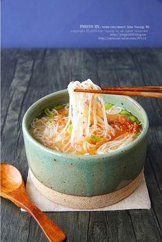 명란젓 요리, 초간단 명란 잔치국수 만들기 기온이 훅 내려가서 인지..체감온도.. 덜덜 너무 춥더라구요.바... Korean Dishes, Korean Food, Food Therapy, No Cook Meals, Food Hacks, Food Styling, Food Photography, Food And Drink, Healthy Eating
