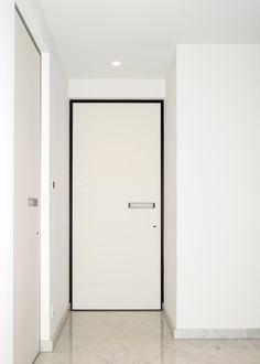 porte intérieure moderne avec un chambranle noir