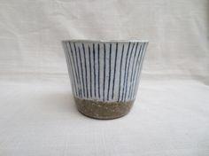 青シマシマが涼しげな印象のカップです。 焼酎やビール、梅酒などの晩酌カップとして。 もちろんコーヒー・紅茶、ジュースにもどうぞ。 荒めの土でろくろ成形して柄を...|ハンドメイド、手作り、手仕事品の通販・販売・購入ならCreema。