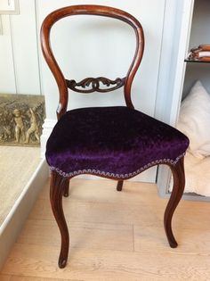 Early 1840's antique Victorian balloon back walnut carved chair