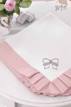 A Manta Princesa Clássica é pura delicadeza! Com um suave bordado de lacinho e babados em rosa, a manta é perfeita para trazer conforto e aconchego para a sua menina! #gravidez #enxovaldebebe #manta