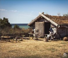 The Vikings settled down in their newly conquered land. They said farewell to the ancestral land but not farewell to the traditional living way. Check out to see Viking settlement in their conquered land. Viking House, Dark Ages, Woodwork, Vikings, Arch, Houses, Cabin, Traditional, Landscape