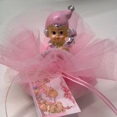 Bambolina su sacchettino in tulle con confetti al cioccolato rosa. #bomboniera #battesimo