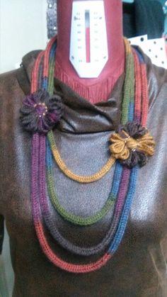 Collane d lana Fiber Art Jewelry, Textile Jewelry, Fabric Jewelry, Jewellery, Spool Knitting, Loom Knitting Projects, Knitted Necklace, Fabric Necklace, Crochet Chain Scarf