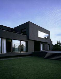 jolie maison avec un exterieur contemporain gris et pelouse verte