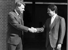 El caso de los ex- presidentes del Gobierno Aznar y Felipe Gonzalez, que cobran un sueldo vitalicio de 80.000 euros del presupuesto público y perciben, 156.000 euros el primero como Consejero de Murdoch, y 126.500 el segundo como Consejero de Gas Natural