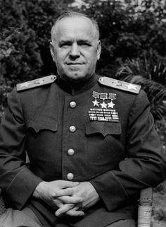 Маршал Советского Союза Георгий Константинович Жуков сфотографирован на открытом воздухе.