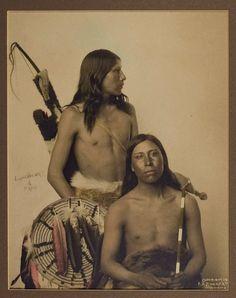Espectacular fotografía de la rana (izquierda) y Samuel Lone Bear (Mato Wanjila) (derecha), Oglala Lakota. Ambos aparecieron con Show de Buffalo Bill desde hace varios años, además de aparecer en varias películas de Hollywood temprano alrededor de 1912. * S *