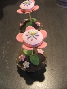 Birthday treats, flower. Nice for a summerparty! My girl would love those. Candy, flower, chocolatecake; win, win, win!