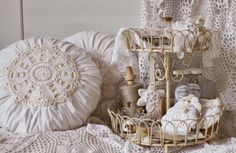 Sandra Marri: Garimpadas na net! Shabby Vintage, Shabby Chic, Lace Ruffle, Ceiling Lights, Throw Pillows, Pure Products, Quilts, Diy, Design