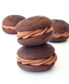 These soft and fluffy Nutella Stuffed Chocolate Whoopie Pies are absolutely divine! They are filled with a creamy Nutella frosting making t. Fluffy Chocolate Cake, Chocolate Whoopie Pies, Double Chocolate Muffins, Chocolate Treats, Chocolate Ganache, Nutella Recipes, Pie Recipes, Cookie Recipes, Dessert Recipes