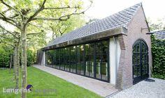 De luxe vouwwand van de orangerie kan in segmenten worden geopend, het ronde kozijn is op maat gemaakt / www.langens-langens.nl