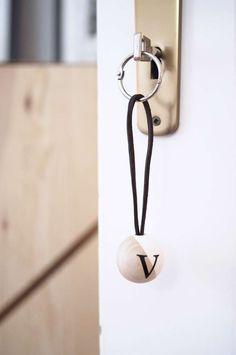 Schöne DIY-Schlüsselanhänger aus Holz und Leder mit den Initialen deiner deine Liebsten ganz einfach und schnell selber machen.