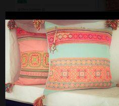 Droomtuin: deze gezellige gekleurde kussens op een houten bank buiten!! Enig!