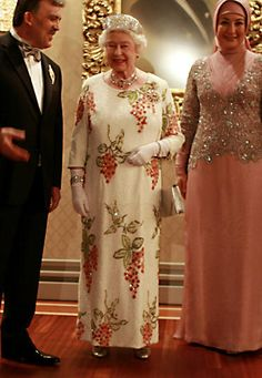 During her state visit to Turkey in Queen Elizabeth opted for this unusual robe, embellished with pearls in wine-tree-shaped form. Die Queen, Hm The Queen, Royal Queen, Her Majesty The Queen, Save The Queen, Royal Fashion, Fashion Looks, Fashion Men, Adele