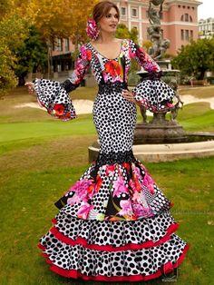 Traje de flamenca con lunares negro y estampado floral.