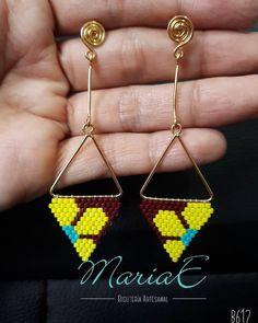 Aretes tejidos a✋en Miyuki(cristal Japones)💛💚personaliza tus accesorios📲whatsapp # 3234806368 #miyukidelicas #Miyuki #miyukibeads… Beaded Earrings Native, Seed Bead Earrings, Beaded Jewelry, Crochet Earrings, Beaded Bracelets, Jewelry Making Tutorials, Beading Tutorials, Beading Patterns, Brick Stitch Earrings