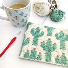 Cactus Zipper Pouch The Cactus Zipper pouch is crocheted using the modified single crochet stitch for tapestry crochet which creates straight vertical lines of stitches. You can learn how to do th… # single crochet projects Cactus Zipper Pouch Crochet Unique, Modern Crochet, Single Crochet Stitch, Double Crochet, Tricot Simple, Knitting Patterns, Crochet Patterns, Crochet Storage, Debbie Macomber