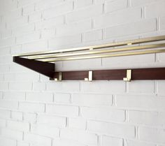 Slim wall coat rack with 4 hooks and hat rack for wall mounting. The combination is very classy teak with metal. For all retro fans a beautiful Office in