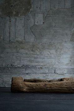 Beautiful textured rustic piece of wood! Wabi Sabi, Casa Magnolia, Casa Wabi, Home Decoracion, Tadelakt, Japanese Aesthetic, Kintsugi, Old Wood, Rustic Interiors