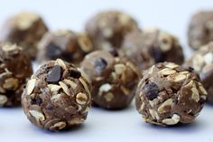 Chocolate Maca Chip Energizing Protein Balls are oats, almond butter, Vega Energizing Smoothie and Maca Chocolate Bar. Delicious and great pre workout snack. Protein Ball, Vegan Protein, Protein Foods, Protein Recipes, Joe Wicks Recipes, Chocolate Protein Bites, Cacao Chocolate, Healthy Shakes, Raw Food Recipes