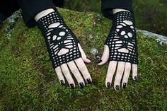 Skull Gloves. Fingering (3-4 ply). Free crochet pattern. Döskallehandskar pattern by Järbo Garn Stickdesi