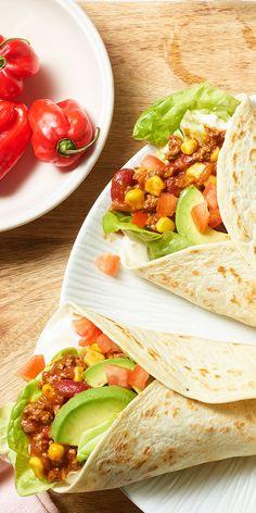 Hmm - köstliche mexikanische Burritos bekommst du mit unserem Rezept in nur 30 Minuten hin. Tortillafladen gefüllt mit einer Hackfleisch-Bohnen-Mischung, knackigem Kopfsalat, Tomaten und Avocado. Für die Schärfe sorgen frische Habaneros. Einfach himmlisch!