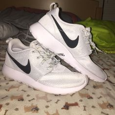 Nike roshe run Grey roshe run in pretty good condition id say a 8.5/10 there is a small stain on the right shoe as shown in the second picture Nike Shoes