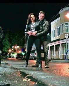 Awesome Lana and Sean (Regina and Robin) Lana and Sean possibly running from someone the awesome Once fall premiere Village Vancouver BC Friday From the sneak peek that was shown during the Once panel at the Saturday Emilie De Ravin, Regina Mills, Outlaw Queen, Ouat, Robin And Regina, Maine, Sean Maguire, Abc Tv Shows, Colin O'donoghue