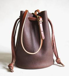 This laidback leather bucket bag is one of those bags. The go-anywhere, wear-with-anything kind of bags that's always ready for adventure.