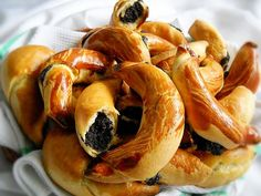 Ingrediente aluat: 600 g faina, 120 g unt, 120 g untura, ml lapte, 30 g . Hungarian Desserts, Romanian Desserts, Romanian Food, Hungarian Recipes, Romanian Recipes, Sweets Recipes, Baking Recipes, Pudding Cookies, Bread Cake