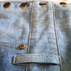 Красиво, когда заклепки на карманах сочетаются с пуговицами. Мы стараемся создавать свои изделия гармоничными. #efatelier #комбинезон #комбинезоны #комбез #джинсовыйкомбинезон #джинсовыйкомбез #джинсы #джинсыбойфренды #джинсовыешорты #шоппинг #шопинг #девочкитакиедевочки #лук #лукдня #лифтолук #селфи #себяшка