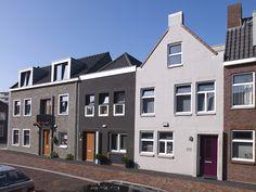 De Groote markt in Vlissingen, modern herstelwerk van het binnenstedelijk tapijt. Het uiterlijk is door het gebruik van traditionele, keramische bouwmaterialen zowel karakteristiek als modern en doet recht aan de historie van het gebied.