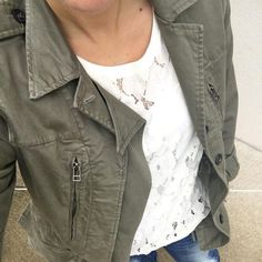Sweat en dentelle blanc + parka légère kaki = le bon mix >> http://www.taaora.fr/blog/post/look-sweat-blanc-dentelle-fleurie-veste-kaki-legere-jean-bleu #look #outfit #style