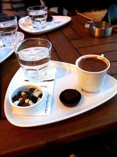Coffee And Books, But First Coffee, Turkish Coffee, Chocolate Coffee, Coffee Cafe, Coffee Quotes, Aesthetic Food, Food Presentation, Coffee Break