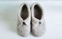 Kotilieden ohjeella teet ihanan lämpimät huovutetut tossut aikuiselle. Katso helppo ohje Kotiliesi.fi:stä ja virkkaa söpöt kotitossut. Knitting Socks, Slippers, Teet, Baby Shoes, Crochet Patterns, Felting, Fashion, Wrist Warmers, Knit Socks