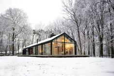 Große Fenster, die den Blick auf den Garten freigeben und jede Menge natürliches Licht in den Innenraum lassen, sind das A und O der modernen Architektur.