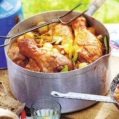 Coq au camping - gemakkelijk alles in 1 pan - kip,ui,minikrieltjes,champignons,prei,kruiden,rode wijn, gezeefde tomaten en bouillontablet