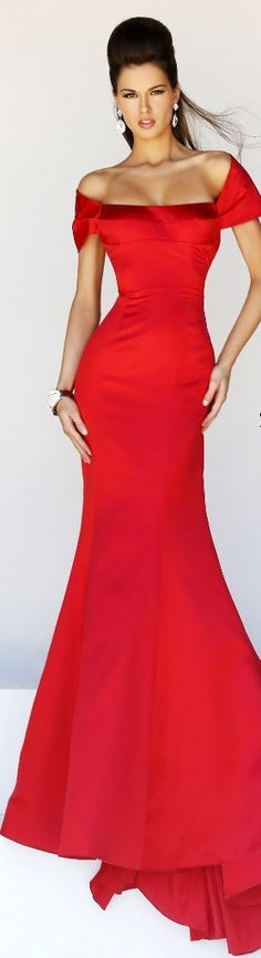 Sherri Hill | Formal evening dress in red | The sexy lady in red celebrating a night out in town | #Thejewelryhut