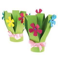 Kestävät äitienpäiväkukat on tehty kartongista. Kimppu on tehty yhdestä A4-arkista. Kukkaset on leikattu Fiskarsin kuviokahvaleikkurin avulla. Koristeena on satiininauhaa ja akryylitimantteja. Tarvikkeet ja ideat Sinellistä!