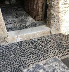 extérieur : sol en galets, pierre
