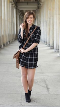 herbstoutfit, herbstlook, checked, kariert, blusenkleid, girl, brunette, outfit, outfitinspo, fashionblogger, outfitinspiration, boots, schwarz, brown bag with fringes, ootd