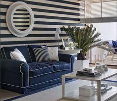 décoration marine sur les murs et des rayures blanches et bleues